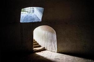 ingang van ondergronds deambulatorium in de kerk en het kapucijner klooster foto