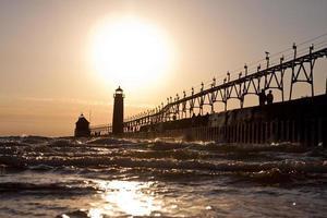 Grand Haven Pier bij zonsondergang foto