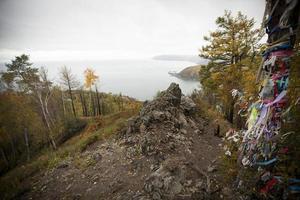 eiland op het Baikalmeer in de herfst.