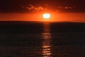 zonsondergang op het strand met mooie hemel, alakol, kazachstan