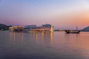 Lake Palace bij zonsondergang