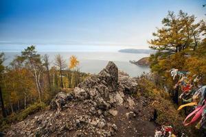 rotsachtige kust van het Baikalmeer.