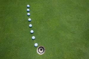 golf zetten groene ballen foto