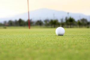 golfbal op groene baan foto