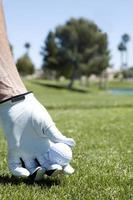 een golfbal afslaan op de tee-box foto