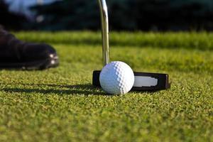 golfspeler zetten op de green foto