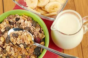 heerlijke en gezonde granen in kom met melk foto