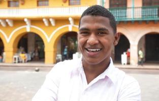 jonge toerist die een koloniale stad bezoekt foto