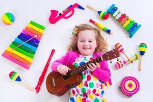 schattig klein meisje met muziekinstrumenten foto