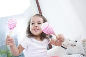 schattig meisje speelt met maracas foto