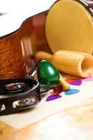 green egg shaker onder andere instrumenten foto