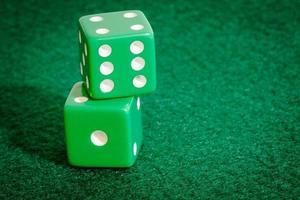 groene dobbelstenen op pokertafel foto