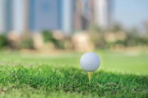 de beste dag om te golfen. golfbal is op tee foto