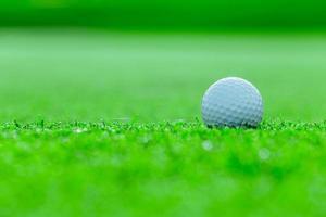 golfbal op gras in de golfbaan, Thailand foto