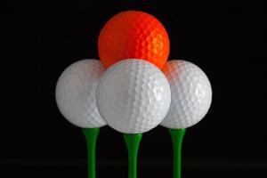 golfballen en groene houten tees foto