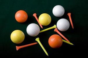 golfballen en tees foto