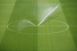 voetbalveld regen natte zorg foto