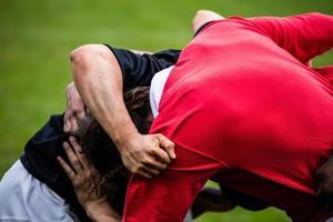 rugbyspelers die een scrum doen foto