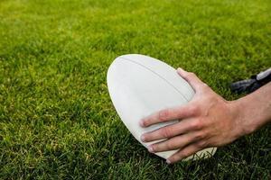 rugbyspeler die bal opneemt foto