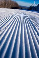 skipiste corduroy wintersneeuw snowboarden ochtend foto