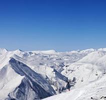 skigebied op zon winterdag foto