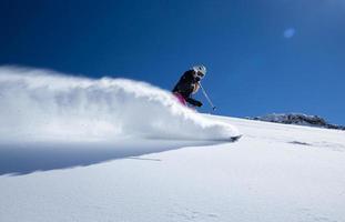 skiër in hoge bergen foto