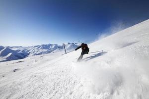 skiër op skipiste foto