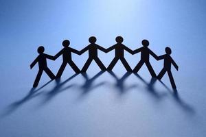 gelijke mensenfiguren houden handen vast foto