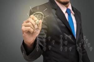 zakenman schrijven, puttend uit het idee van succes foto