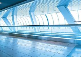 mooie zakelijke gangboord in hedendaagse architectonische lucht foto
