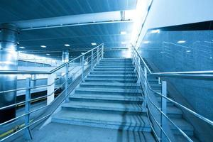 lege blauwe trap in het zakelijke winkelcentrum foto