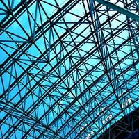 abstracte blauwe geometrische plafond in office center foto