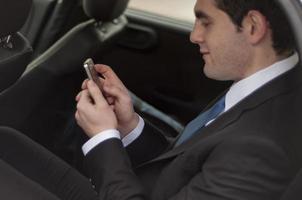 zakenman met behulp van een smartphone foto
