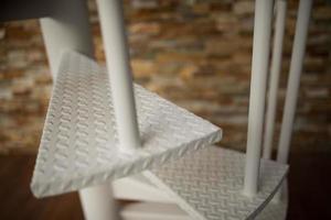 close up van witte wenteltrap