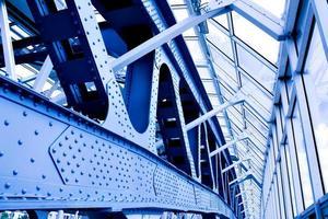 blauw abstract plafond in kantoor