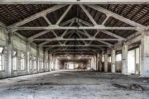 lege industriële loft op een architectonische achtergrond foto