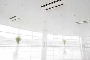 groot raam in wit kantoor foto