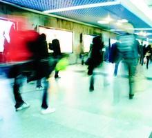 zakelijke passagiers lopen