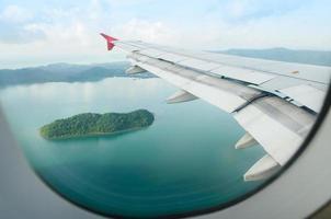 Ariel uitzicht op eiland vanuit vliegtuig raam