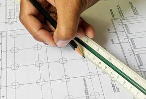 ontwerptekeningen en menselijke handen tekenen foto