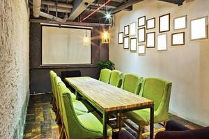 mpty vergaderruimte en vergadertafel foto