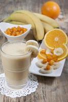 smoothie van banaan, sinaasappelsap, bevroren duindoorn met yoghurt foto