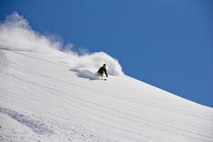 skiër in diep poeder, extreme freeride foto