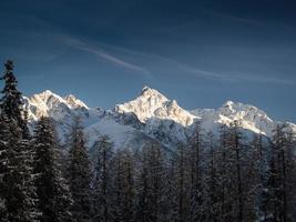 drie besneeuwde bergtoppen, Zwitserse Alpen, Engadin, Zwitserland foto