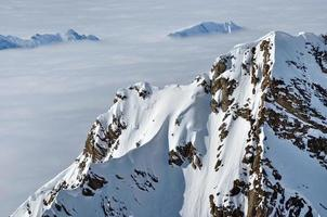 mist boven een bergrug in de winter foto