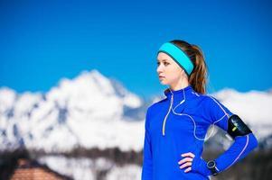 vrouw die in bergen loopt foto