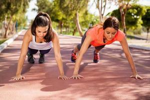 trainen en pushups doen foto