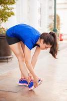 hardloper die haar benen strekt foto