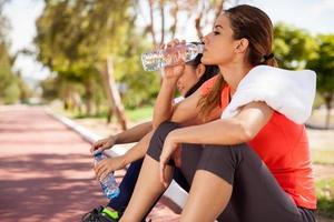 ontspannend en drinkwater foto