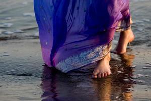 wandelen op het strand in India foto